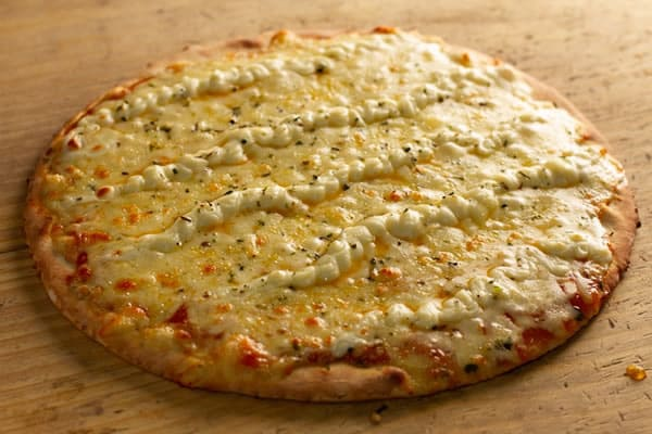 Pizza Cinco Queijos com Alho