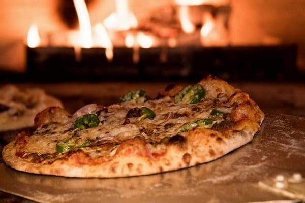 Pizza em forno a lenha